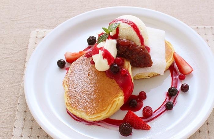 木いちごと練乳のいちご大福風仕立てパンケーキ