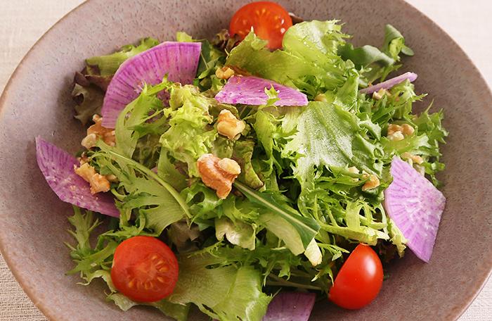 たっぷり野菜とくるみのサラダ