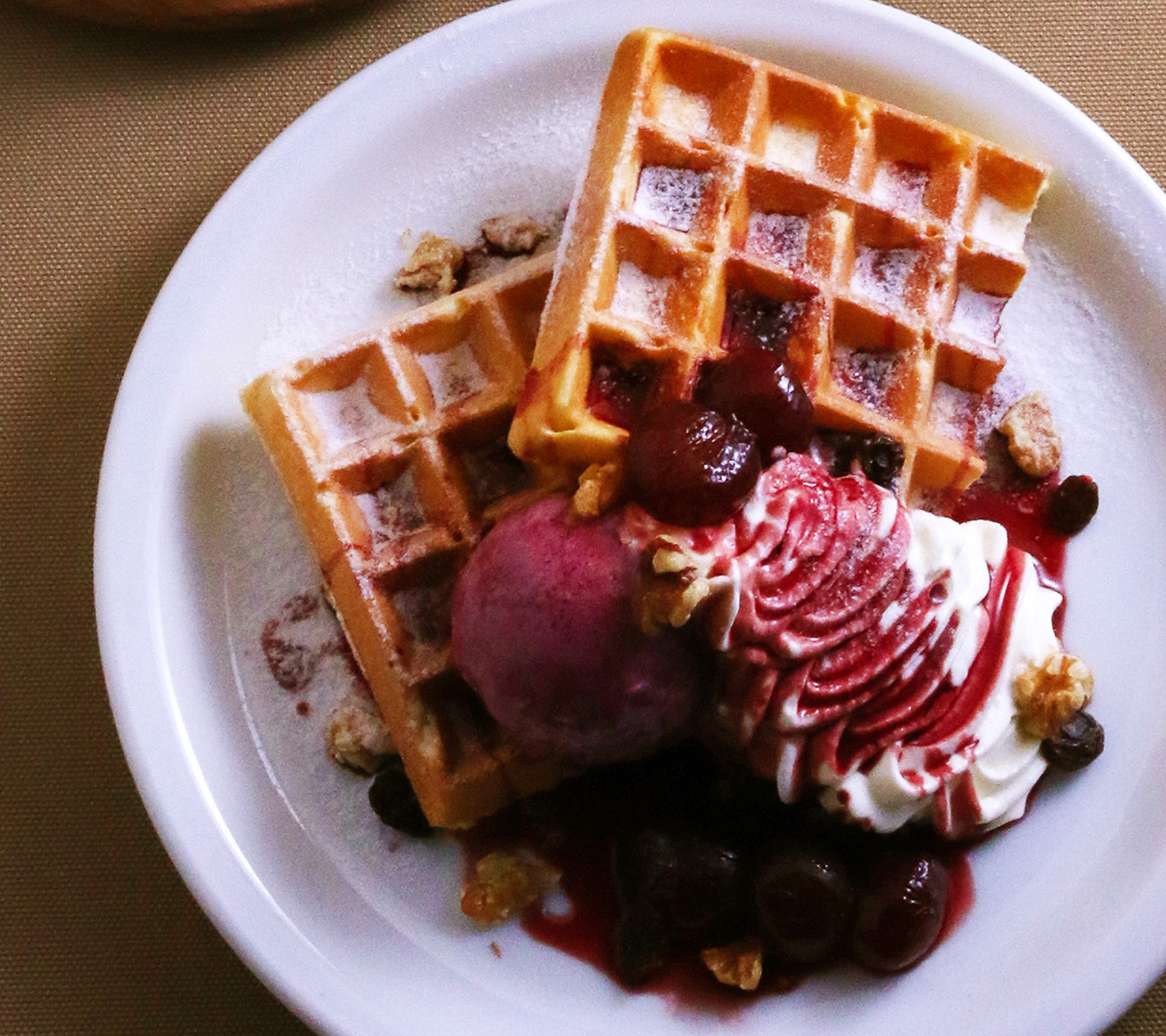 ぶどうの赤ワインコンポートとチーズクリームのワッフル